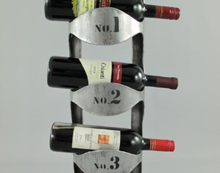 Vīna pudeļu sienas plaukts